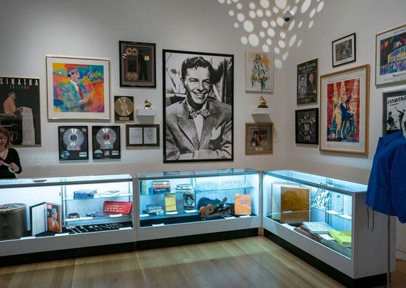 8ba2f588446 Leilão de objetos e joias de Sinatra arrecada US  9 milhões em NY